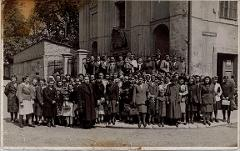Thumbnail of Photograph: Group picture, Klagenfurt, Austria, 1945, Yulia Fedechko (nee Yulia Khomyk) among Large Ukrainian community of osterbeiters.
