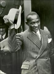 Thumbnail of Jesse Owens waving his hat, 1936